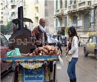 صور|البطاطا.. زاد عشاق كورنيش الإسكندرية في الشتاء