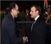 رئيس الوزراء يستقبل ماكرون بمطار القاهرة