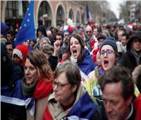 الأوشحة الحمراء تواجه السترات الصفراء بشوارع فرنسا