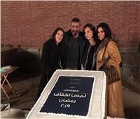 ياسر جلال يحتفل ببدء تصوير «لمس أكتاف»