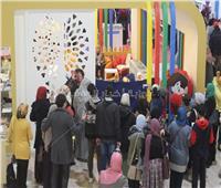 صور| «عرض العرائس» بجناح الأزهر يجذب زوار «معرض الكتاب»