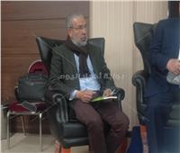 مدحت العدل يتصفح «دعاة السوبر ماركت» استعدادا لمناقشته بمعرض الكتاب