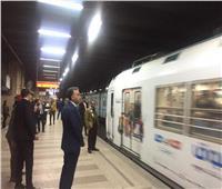 بالصور| وزير النقل يفاجئ العاملين بعدد من محطات الخط الأول للمترو