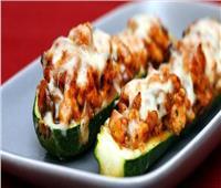 طبق اليوم  طريقة « قوارب الكوسة بحشو الدجاج»