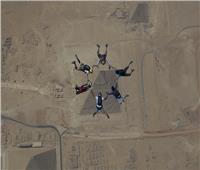 صور مهرجان القفز بالمظلات.. 130 سائح يقفزون من ارتفاع 15 ألف قدم فوق الأهرامات