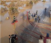 قوات الحماية المدنية ترفع مياه الأمطار بطريق رأس غارب