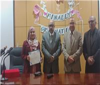 وفد وزارة الصحة يكرم «أميرة» الأولى على دفعة مكافحة العدوى بأسيوط