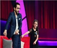 مواهب نهائي «نجوم صغار» يبدعون في الغناء والرقص مع أحمد حلمي| صور