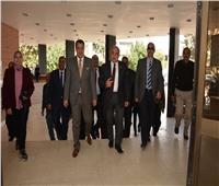رئيس جامعة أسيوط يتابع انتظام الطلاب بالكليات في الفصل الدراسي الثاني