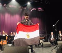 أحمد جمال يرفع علم مصر بمسرح «تريانون» باريس