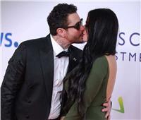 فيديو| «لم يترك مناسبة إلا ويفعلها».. الفيشاوي يُقبل زوجته