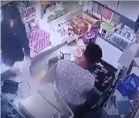 فيديو| لص يعتدي على بائع ويسرقه في «عز النهار»