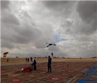 صور| انطلاق مهرجان القفز الحر في الأهرامات