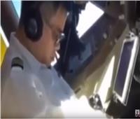 شاهد..طيار صيني نائم والطائرة تحلق بالسماء