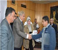 محافظ المنيا يٌسلم 40 سماعة طبية لذوي الاحتياجات الخاصة