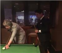 فيديو| كونتي وتيريزا ماي يلعبان البلياردو على هامش القمة العربية الأوروبية