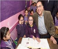 رئيس الوزراء يفاجئ مدرسة بالسويس ويطمئن على تسليم التابلت للطلاب