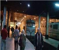 صور| انتظام حركة القطارات بمحطة مصر بالتزامن مع استعدادات رفع الجرار المنكوب