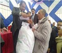 توزيع لحوم مجمدة وأغطية على الأسر الأولى بالرعاية في الشرقية