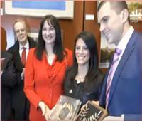 فيديو| وزيرة السياحة تهدي جائزة المعهد الدولي للسلام لكل امرأة مصرية