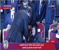 فيديو| الرئيس يُقبل رأس «غالية» أم شهيدين عمرها 105 أعوام