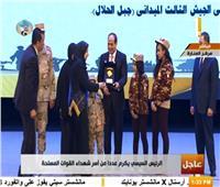 فيديو| الرئيس السيسى يكرم أسر الشهداء