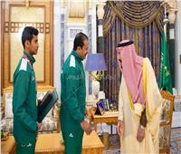 خادم الحرمين يمنح وسام الملك عبد العزير للاعبي المنتخب السعودي