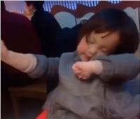 فيديو| «لما آكل أكلة بحبها» كوميديا طفلة في المطعم