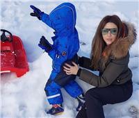 صور| ميريام فارس مع ابنها وسط الثلوج.. وتنتهي من «قضيها انبساط»