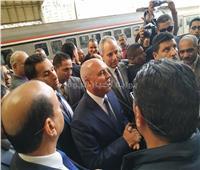 بالصور .. وزير النقل يعد الركاب بالقضاء على مشاكل السكة الحديد