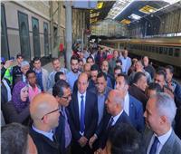 بالصور.. وزير النقل من محطة مصر: لن أسمح بأي تقصير أو تأخير في خدمة الركاب