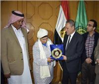 محافظ الإسماعيلية يكرم رؤساء وفود الدول المشاركة بمهرجان الهجن