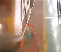 فيديو|  شاهد سيدة مسنة تنجو من الموت بأعجوبة بعد دهسها بالقطار