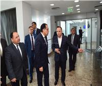 صور..رئيس الوزراء يتفقد مركز الخدمات اللوجستية بمطار القاهرة
