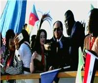الشباب الأفريقي يلتقط الصور التذكارية مع الرئيس على متن عبارة نيلية