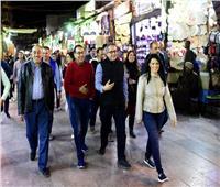 صور| رئيس الوزراء ووزيرا السياحة والآثار في جولة بسوق أسوان السياحي