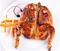 طبق اليوم.. «دجاج مشوى بالثوم وعصير الليمون» مع سلطة بطاطس