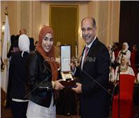 وزير الطيران المدني يكرم الزميلة إنجي خليفة