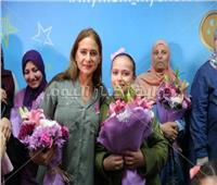 صور| نيللي كريم تحتفل بعيد الأم وسط محاربات «بهية»