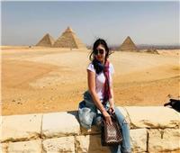 طالبة كازاخستانية تروج للسياحة بمصر من الأهرامات
