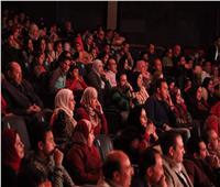 صور| أشرف عبدالباقي «كامل العدد» بمسرحية كلها غلط في المنيا