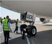 فيديو وصور| الطيار أحمد عادل يتفقد طائرة الأحلام بمطار القاهرة