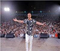 صور| كالعادة.. إطلالة شبابية لـ«عمرو دياب» بحفل دبي