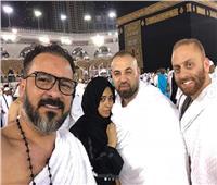محمد رجب يؤدي مناسك العمرة.. ويستأنف تصوير «علامة استفهام» قريبا