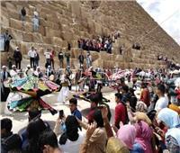 صور| عروض فنية وتنورة تستقبل زوار الأهرامات احتفالا بالعيد القومي