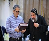 راعي الدير الأحمر يهدي وزير الآثار «المصحف الشريف »