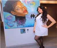 الرسامة سيمون ترفع شعار «وداعًا للألوان وأهلًا بالمكياج»