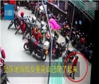 شاهد| طفلة صينية تسقط من الدور الـ26 وتنهض ماشية