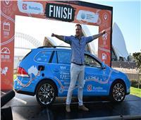هولندي ينهي أطول رحلة له حول العالم بسيارته الكهربائية