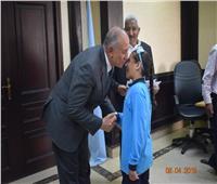 محافظ البحر الأحمر يكرم الطلاب الأيتام المتفوقين ويمنحهم شهادات تقدير